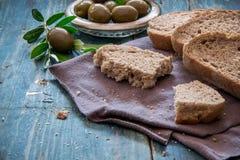 一个家制面包和橄榄的顶视图在土气蓝色桌上 库存图片