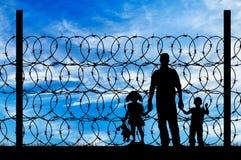 一个家庭的剪影与儿童难民的 库存照片