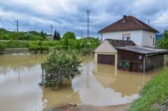 一个家庭的家在洪水期间的 免版税库存照片