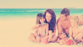 一个家庭的画象在海滩的 免版税库存照片