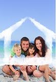 一个家庭的画象的综合图象在海滩的 免版税库存照片