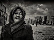 09/10/2015 - 戴一个家庭被编织的羊毛披肩和帽子的一名年长妇女 免版税库存图片