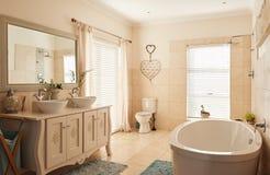 一个宽敞古典地被称呼的卫生间的内部 免版税图库摄影