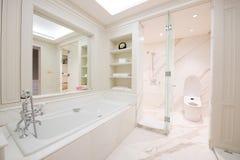 一个宽敞和典雅的卫生间的看法 免版税库存图片