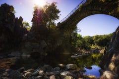 一个寂静空间在古老桥梁下 图库摄影