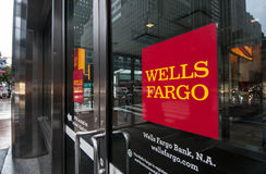 一个富国银行分支的门在纽约 免版税库存照片