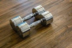 一个对在体育健身的Dumbells 库存图片