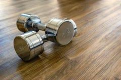 一个对在体育健身的Dumbells 免版税图库摄影