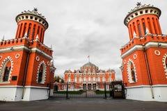 一个对在大门的塔到佩特洛夫宫殿里,莫斯科,俄罗斯复合体  免版税库存照片
