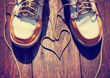 一个对在好的木门廊的甲板鞋子与鞋带 库存图片