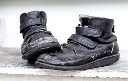 一个对在木桌上的老鞋子 库存图片