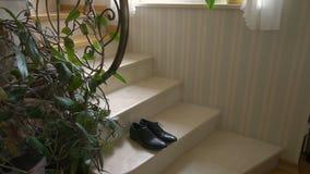 一个对在的正式人` s皮鞋台阶 影视素材