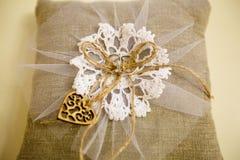 一个对在粗麻布枕头的结婚戒指 免版税库存图片