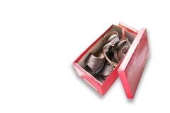 一个对在被隔绝的一个红色箱子的老棕色妇女鞋子 免版税库存图片