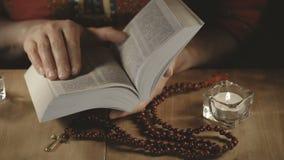 一个对女性手,当读圣经时 股票录像