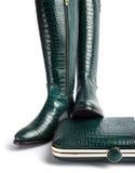 一个对女性绿色皮靴和提包 库存图片