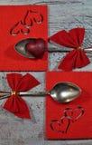 一个对有红色丝带和心脏的,情人节匙子 免版税图库摄影