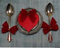 一个对有红色丝带和红色心脏的匙子在板材 被限制的日重点例证s二华伦泰向量 库存照片