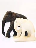一个对木和大理石大象玩偶isol 库存图片