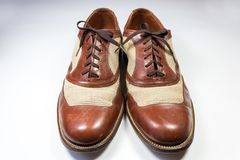 一个对的正面图人` s葡萄酒皮革和带子鞋子 库存照片