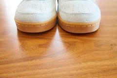 一个对的正面图葡萄酒白色运动鞋 免版税库存图片