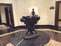 一个对的雕象运载装载的天使在入口对旅馆 库存照片
