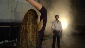 一个对空中杂技演员站立并且互相推挤` s标志横线入抽烟,慢动作 影视素材
