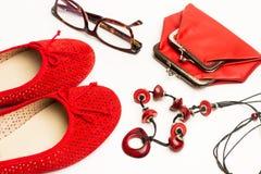 一个对红色鞋子和硬币缩拢 免版税库存照片