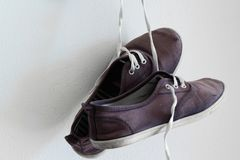 一个对老体育穿上鞋子垂悬在墙壁上 免版税图库摄影
