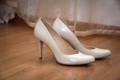 一个对苍白米黄色的婚礼妇女的鞋子 免版税库存图片