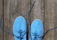 一个对蓝色纺织品鞋子 免版税库存图片