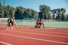 一个对运动员在一个宽敞体育场内 免版税图库摄影