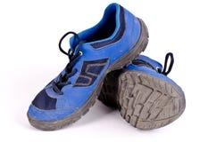 一个对远足孩子的鞋子 免版税库存图片