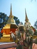 一个对金黄塔在Phra该Doi钨寺庙 图库摄影