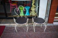 一个对铺磁砖的表面上的白合金椅子在Khao圣路 免版税图库摄影