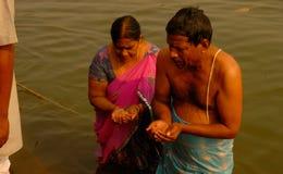一个对阁下太阳沐浴和崇拜在甘加河在瓦腊纳西 免版税库存图片