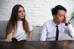 一个对青年人谈话在办公室 免版税图库摄影