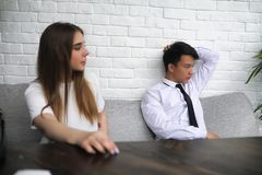 一个对青年人谈话在办公室 图库摄影