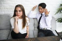 一个对青年人谈话在办公室 库存图片