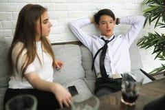 一个对青年人谈话在办公室 库存照片