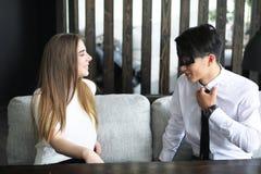 一个对青年人谈话在办公室 免版税库存图片