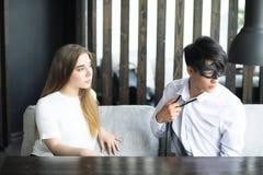 一个对青年人谈话在办公室 免版税库存照片