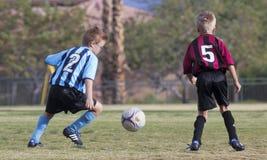 一个对青年足球运动员竞争 免版税库存照片