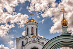 一个寺庙的圆顶反对蓝色多云天空的 免版税库存图片