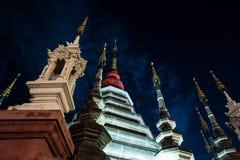 一个寺庙的夜视图在清迈,泰国 库存照片