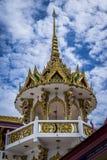 一个寺庙的屋顶在泰国,多云天空在背景中 图库摄影