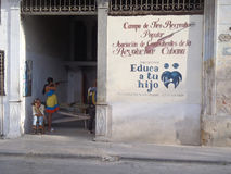 一个射击摊的妇女在古巴 库存照片