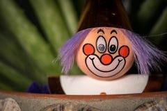 一个小丑的小雕象的画象有一张微笑的面孔的 免版税库存图片