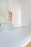 一个小书架的特写镜头在装饰的空的白色桌上的 库存图片