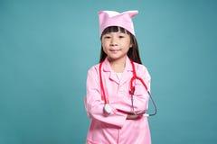 一个小亚裔女孩的画象的一致的医生 图库摄影